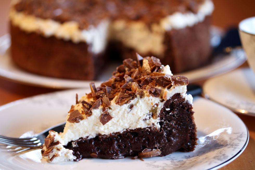 Bløt sjokoladekake med krem og hakket daim