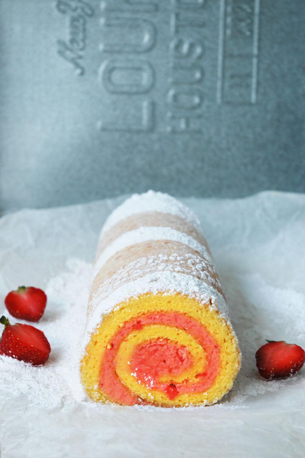 Rullekake med jordbærsmørkrem og tropisk hint