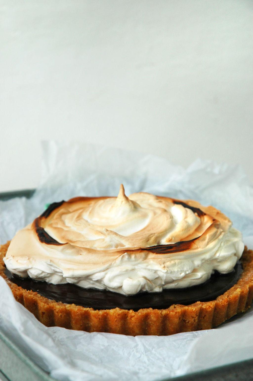 Nutellakake med kremet nutellafyll, et tykt lag grillet marengs og en bunn av både søte og salte kjeks. Denne nutellakaken er ekte amerikansk nytelse!