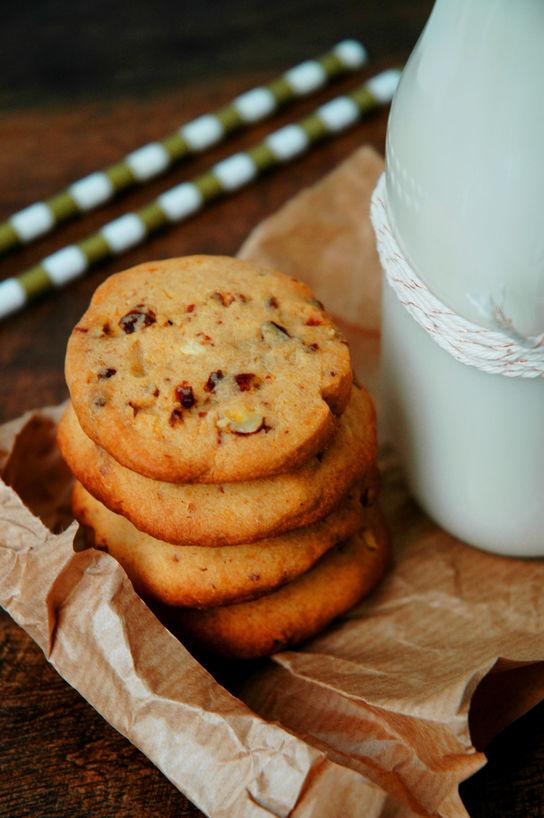Geniale småkaker! Deigen tar noen minutter å lage, rull til en pølse og la den hvile i kjøleskapet. Skjær av skiver, og stek til deilige småkaker.