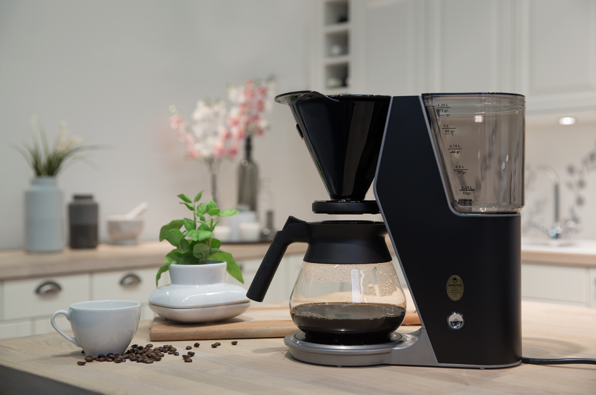 Nyt favorittkaffen din hver eneste dag med den stilige kaffetrakteren ILOU Premium.