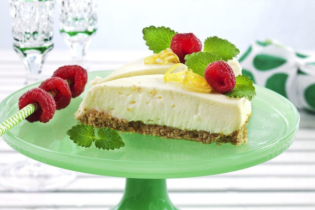 Denne ostekaken har alt! Den er lett å lage, luftig og lekker i konsistensen, og den har fantastisk nydelig smak! Ostekake med sitron.