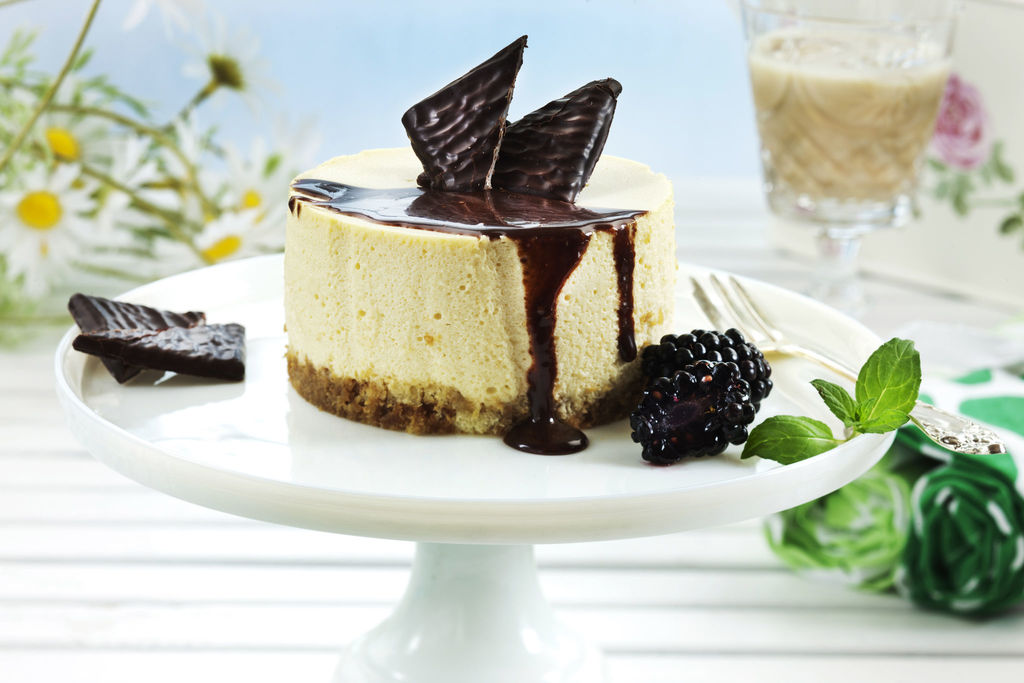 Luksuriøs ostekake med Baileys, After Eight, kaffe og mascarponeost! Og sjokoladesaus. Ostekake med utrolig lekker smakssammensetning!