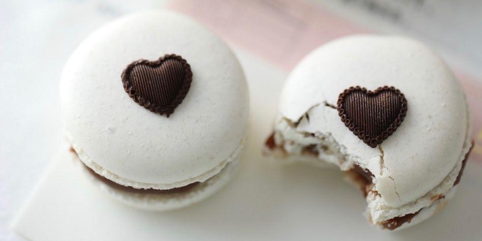 Hvite makroner med lys sjokoladefudge