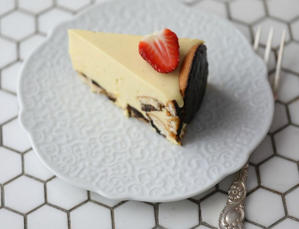 Ostekake med pasjonsfrukt og kjeks med sjokolade