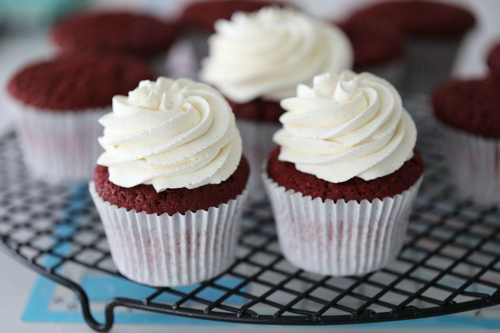 Red velvet cupcakes med luftig vaniljekrem