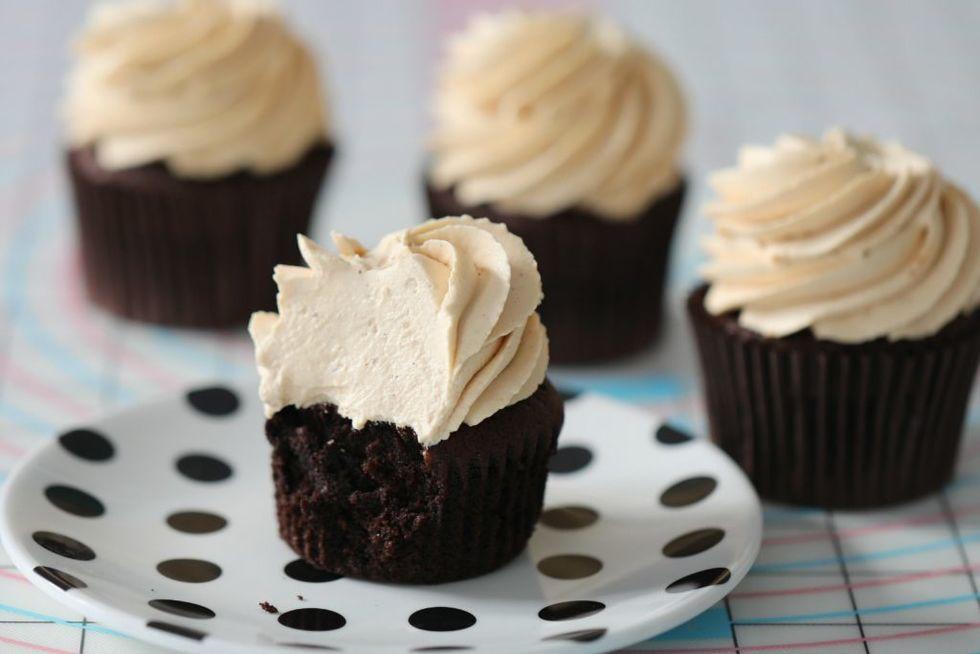 Sjokoladecupcakes med karamellkrem